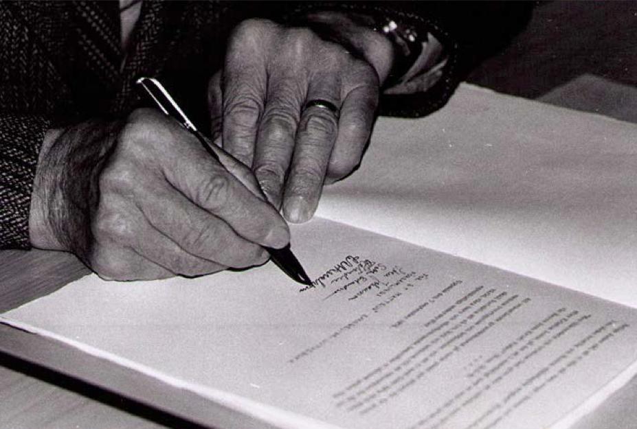 LBK - C.A. Åkerström från Ursviken undertecknar LBKs grunddokument 7 sept. 1974
